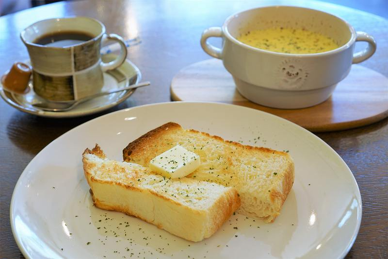 トーストとスープとコーヒーがテーブルに置かれている