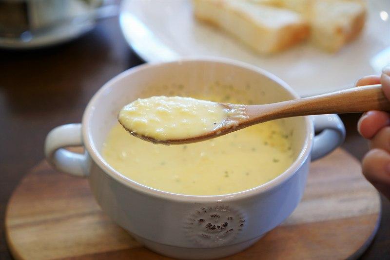 コーンスープをスプーンですくっている様子