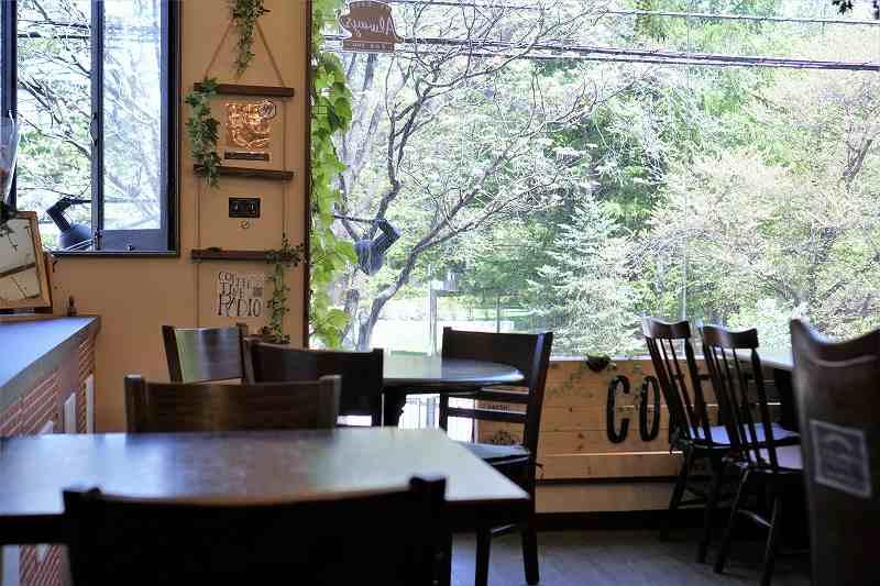 窓から緑をながめられる「多目的喫茶 アイビィ」の店内