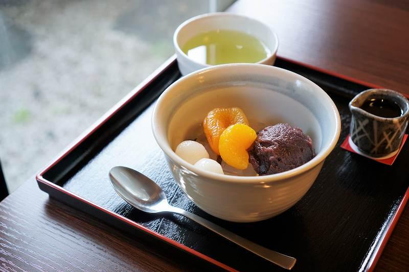あんみつとお茶がテーブルに置かれている