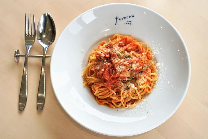 カフェテルツィーナのトマトソースのパスタ
