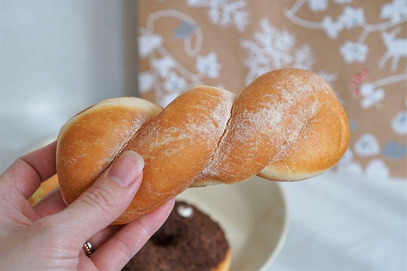 ツイストドーナツ 和三盆を手に持っている様子