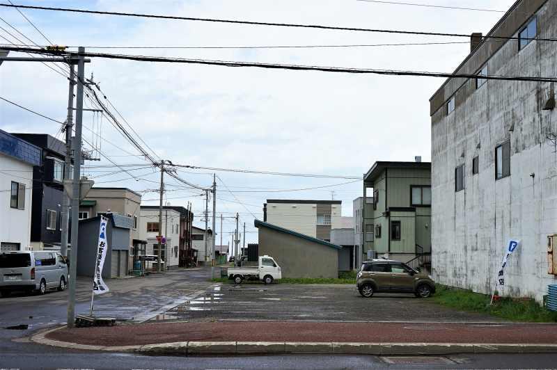 新岡商店の駐車場