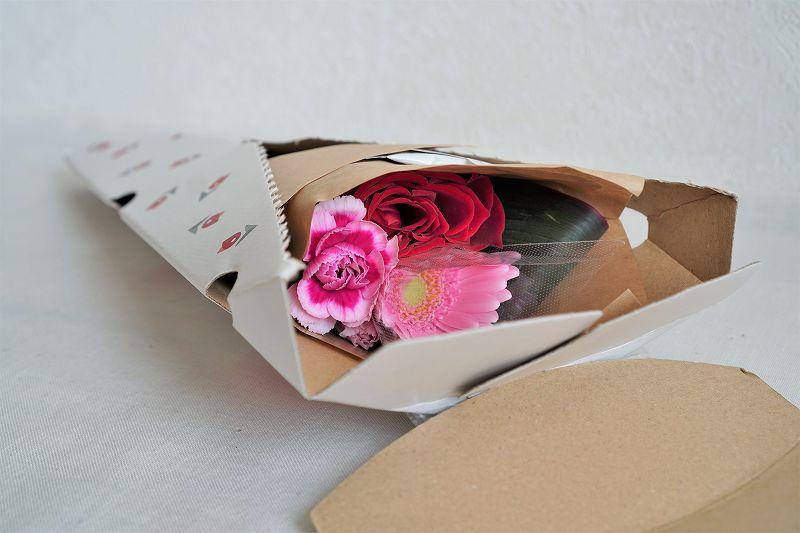 ブルーミーのお花の箱を開けている様子