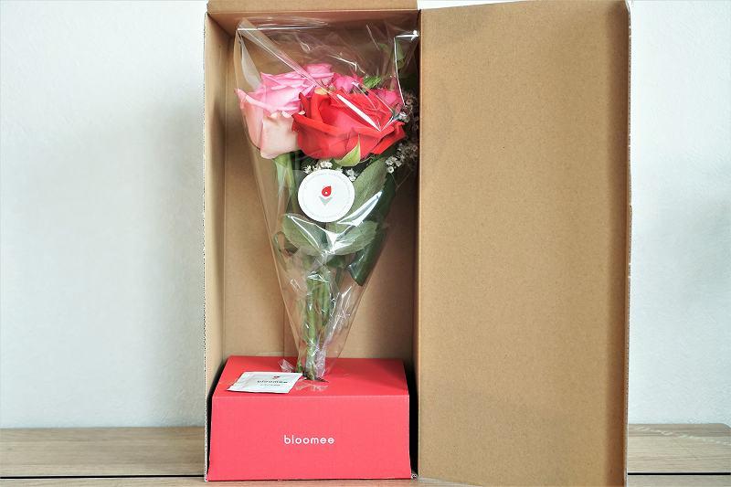 ブルーミーのお花が箱に入れられ、テーブルに置かれている