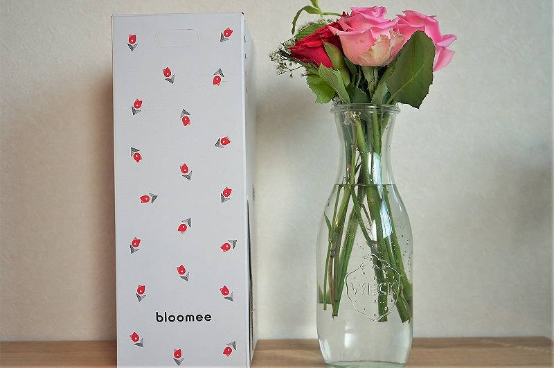 WECKのジュースジャーに入れられた花がテーブルに置かれている