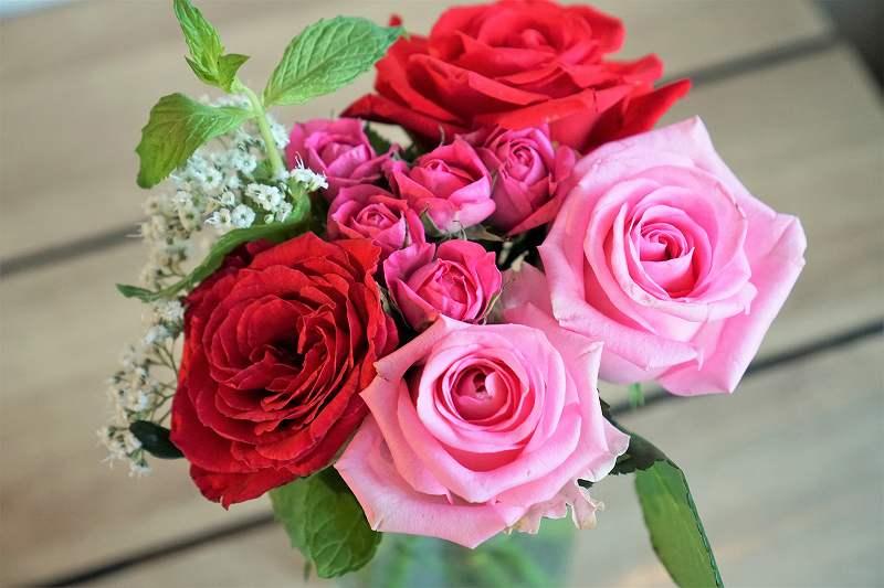 バラの花束がテーブルに置かれている