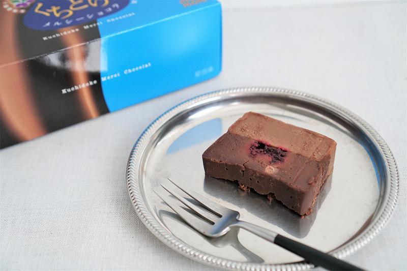 もりもとのくちどけメルシーショコラがテーブルに置かれている