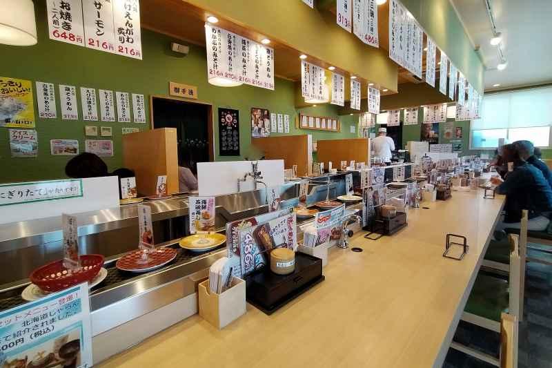 長いカウンター席がある「回転寿司うずしお 高島店」の内観