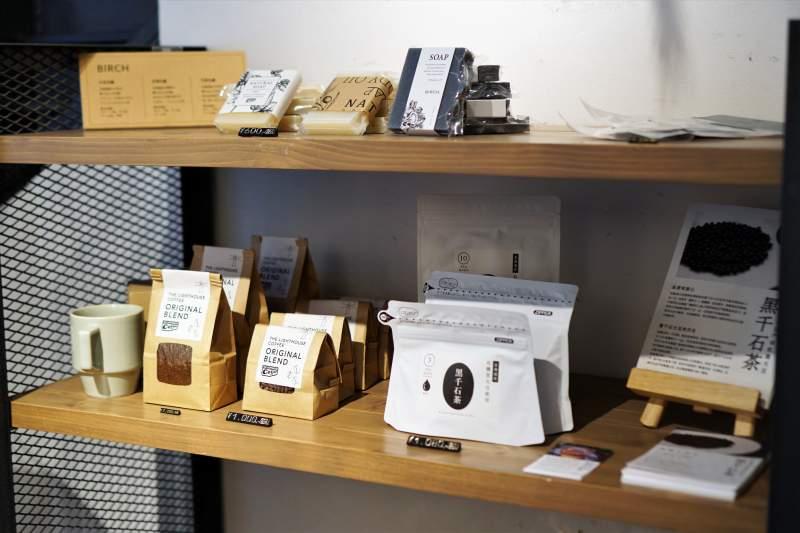 コーヒー豆・黒千石茶など雑貨が木の棚に並んでいる