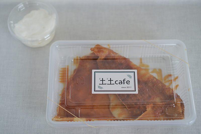 土土カフェの塩キャラメルソースクレープがテーブルに置かれている