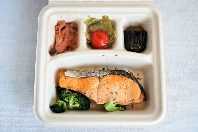 ナッシュの宅配弁当「鮭のごま風味焼き」
