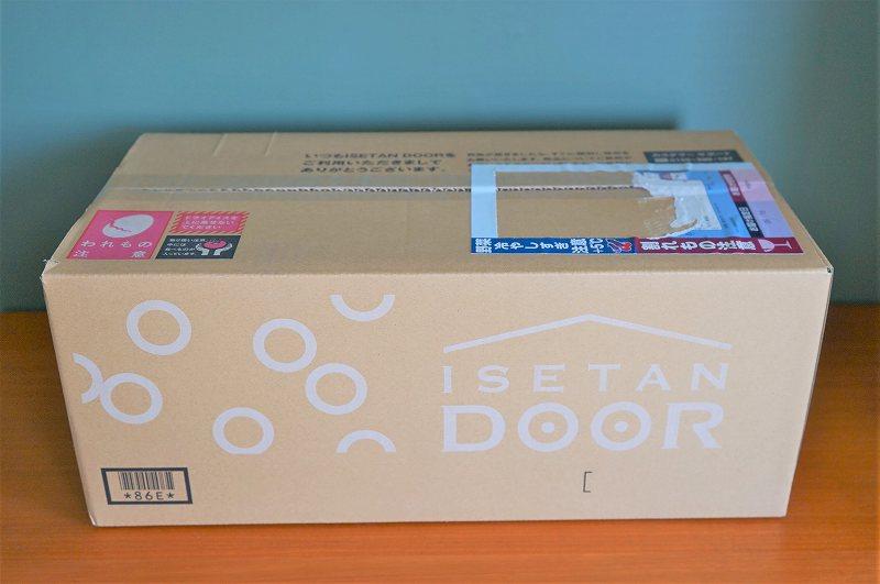 「ISETAN DOOR おためしセット」の箱が棚に置かれている