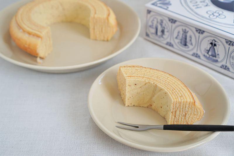 皿にのせられたバウムクーヘンがテーブルに置かれている