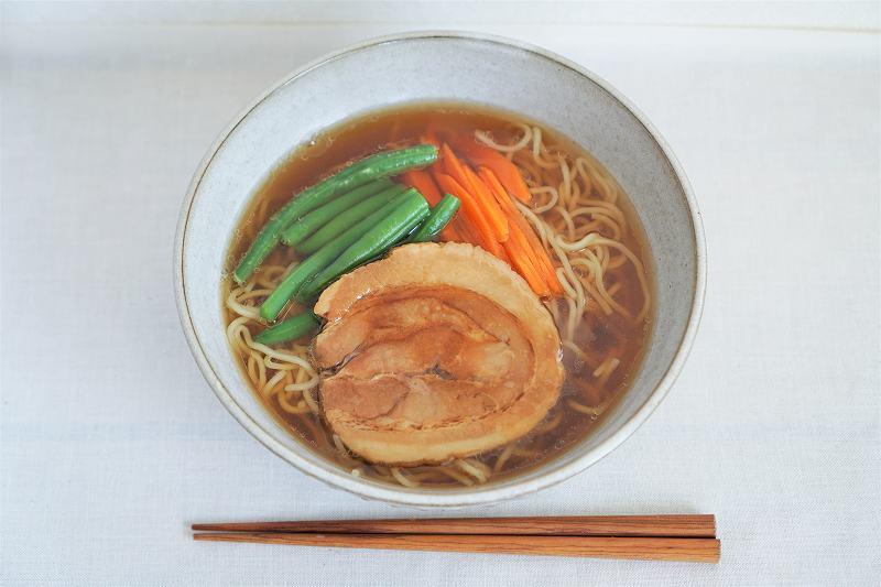 聘珍樓のチャーシュー麺がテーブルに置かれている