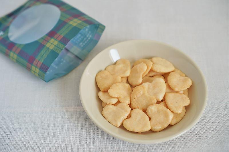 お皿にのせられた赤坂柿山のプチハートえびしおせんべいがテーブルに置かれている