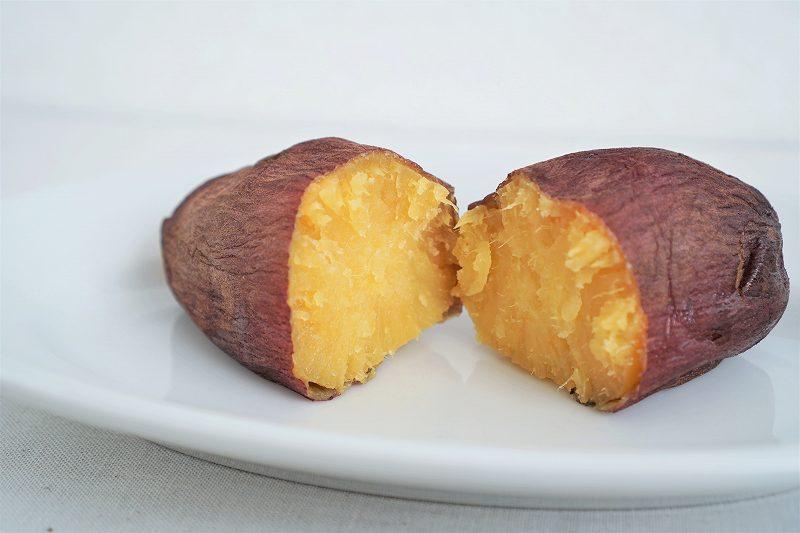 小さな壺焼き芋がテーブルに置かれている