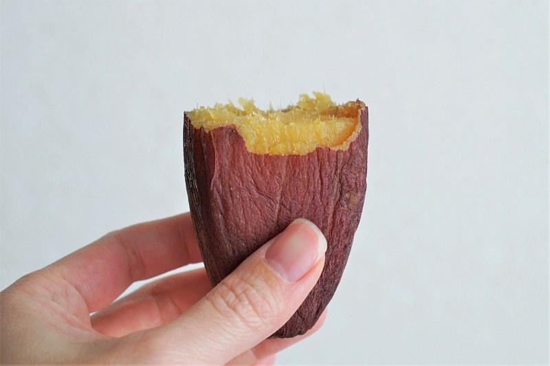 壺焼き芋を手に持っている様子