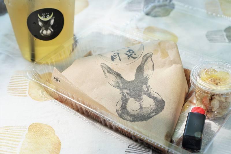 おもちや月兎の磯辺焼きとお茶がテーブルに置かれている
