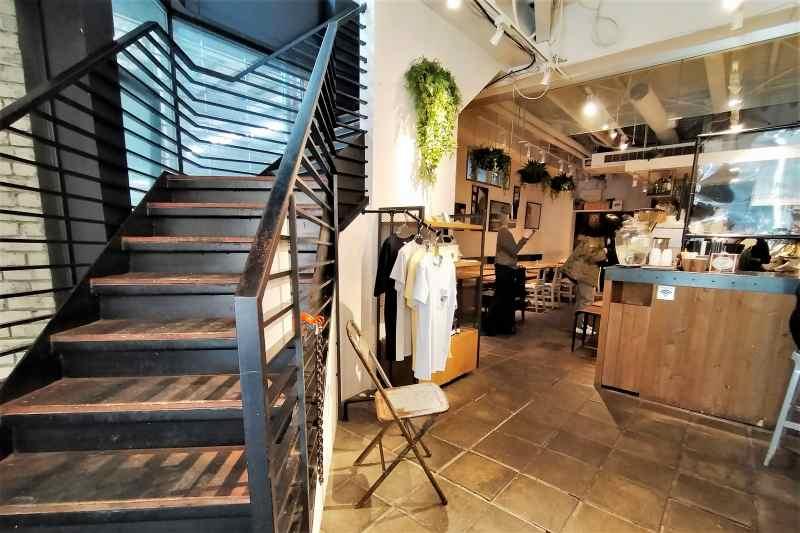 2階に階段がつづく「ライトハウスコーヒー&ビア」」の内観