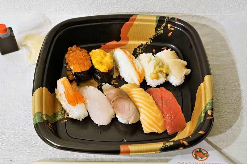 郷土料理 おがの「握り寿司・竹」がテーブルに置かれている