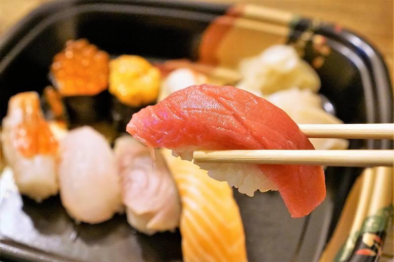 本マグロのお寿司を箸で持ちあげている様子