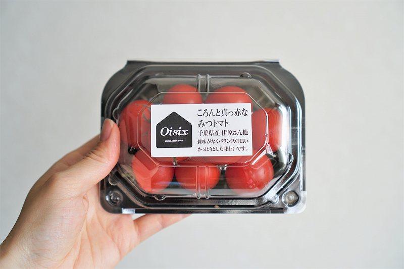 「みつトマト」を手に持っている様子