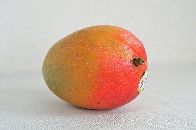 メキシコ産マンゴーがテーブルに置かれている