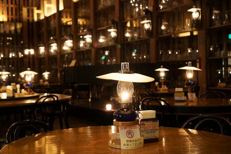 北一ホール店内のひとテーブルごとに置かれる灯油ランプ