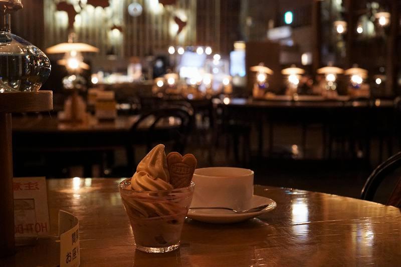 北一特製ミルクティソフトクリームと北一特製ロイヤルミルクティが、テーブルに置かれている
