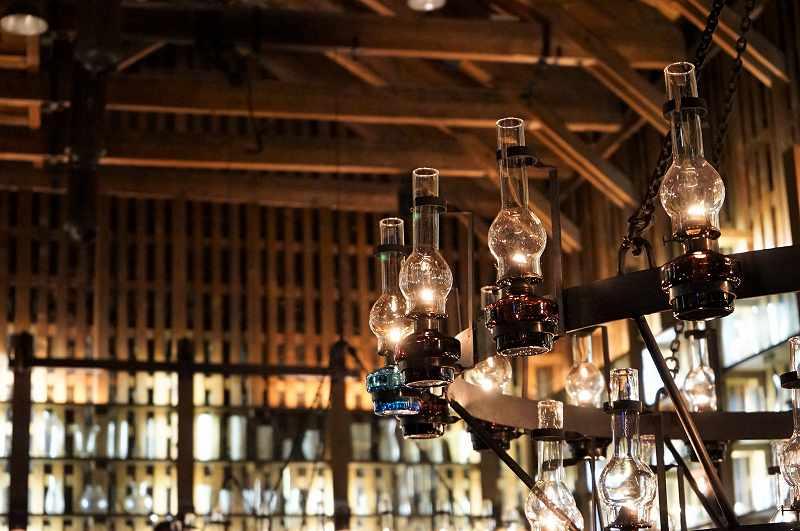 灯油ランプが吊るされたシャンデリア