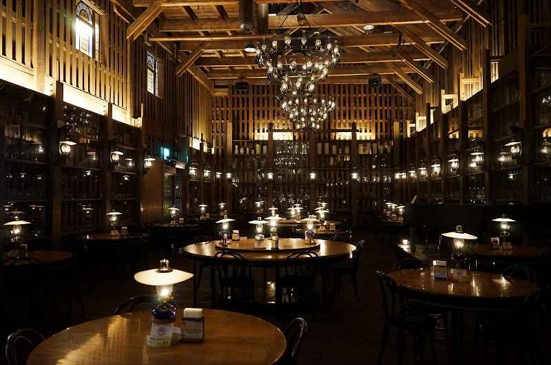 167個の灯油ランプが灯る「北一ホール」の広い店内