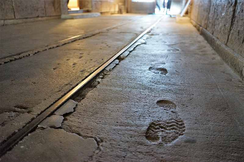 北一硝子 三番館の床に、当時の人がつけた足跡