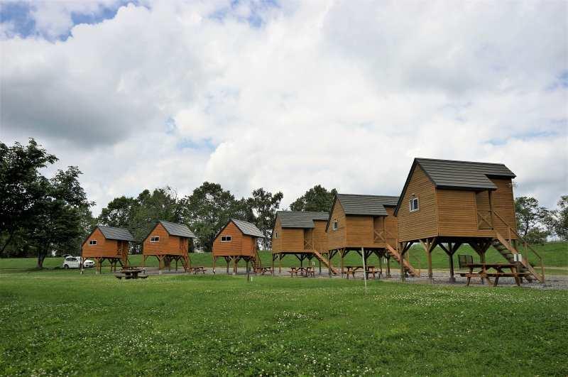 皆楽公園キャンプ場のバンガロー