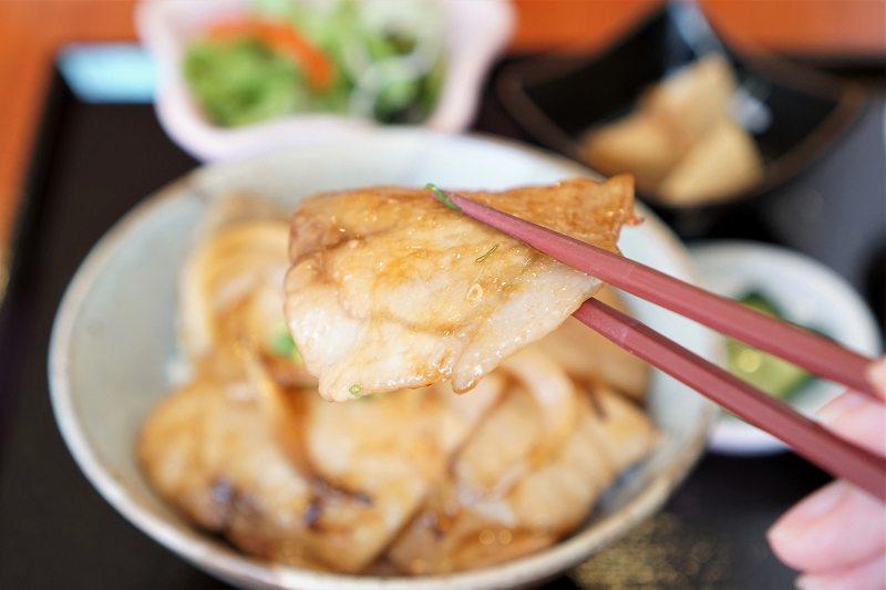 ドンムニュの豚丼の豚肉を箸で持ちあげている様子