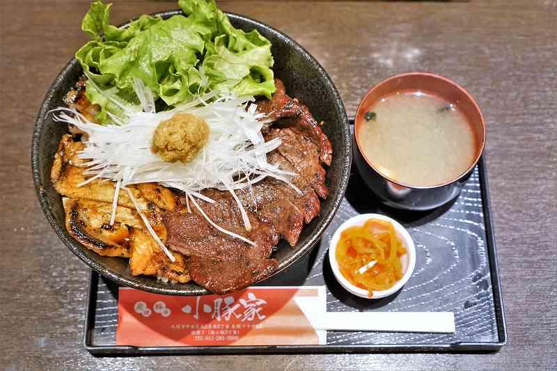 炭焼豚丼 小豚家の豚鹿丼と味噌汁がテーブルに置かれている