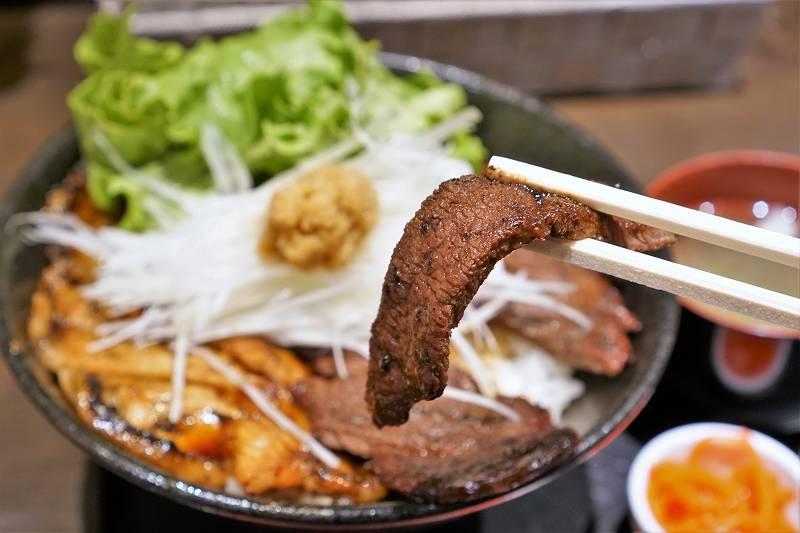 エゾシカ肉を箸で持ちあげている様子