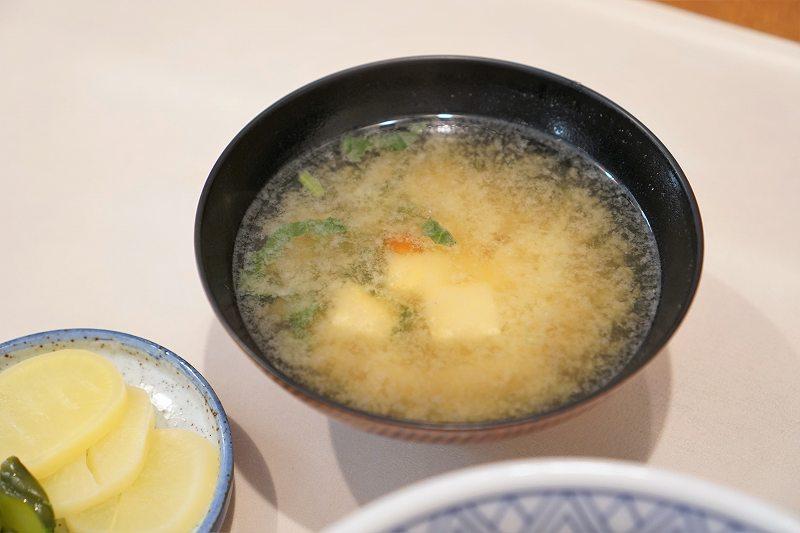 豚丼のまむろの味噌汁がテーブルに置かれている