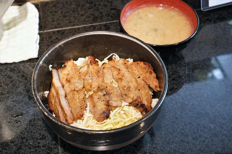 札幌味噌豚丼きんちゃんの味噌豚丼肩ロース肉と味噌汁がテーブルに置かれている