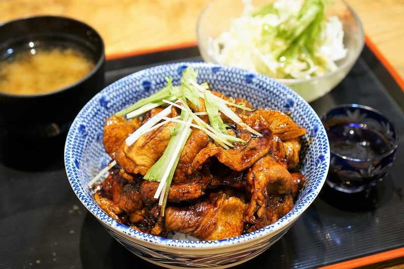 大衆食堂 十勝居酒屋 一心の、十勝帯広伝説の鴨川醤油豚丼定食がテーブルに置かれている