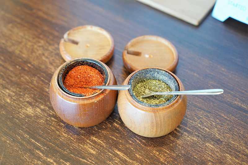 「一味」と「ぶどう山椒」がテーブルに置かれている