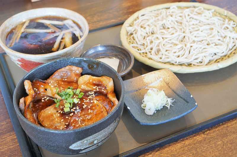 蕎麦さとやまの鴨豚セットがテーブルに置かれている