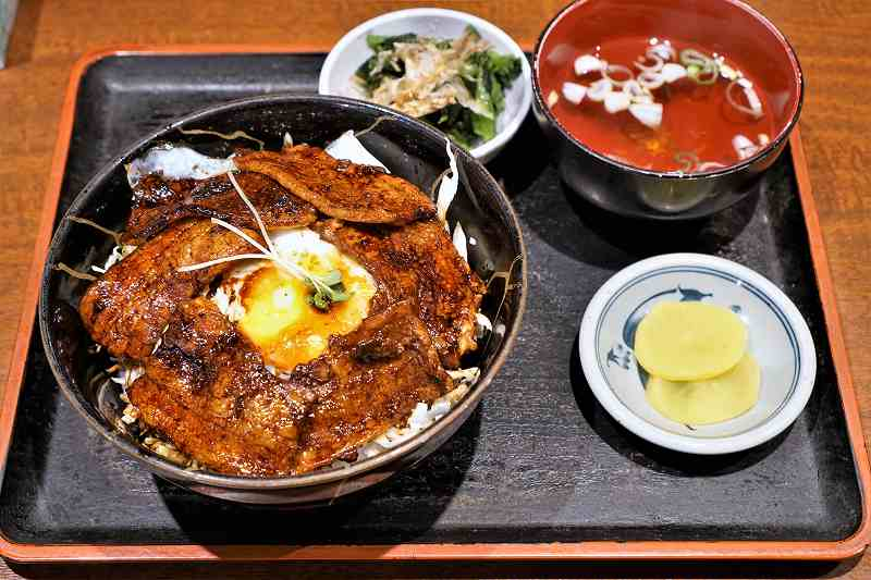 味処あずまの豚玉丼がテーブルに置かれている