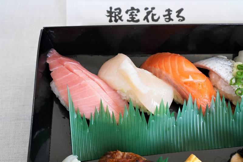 トロやホタテなどのお寿司がテーブルに置かれている