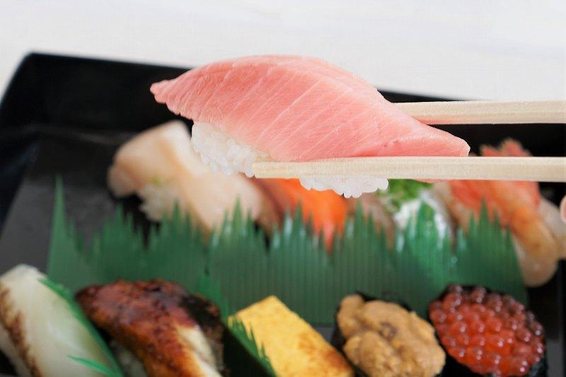 本鮪トロのお寿司を箸で持ちあげている様子