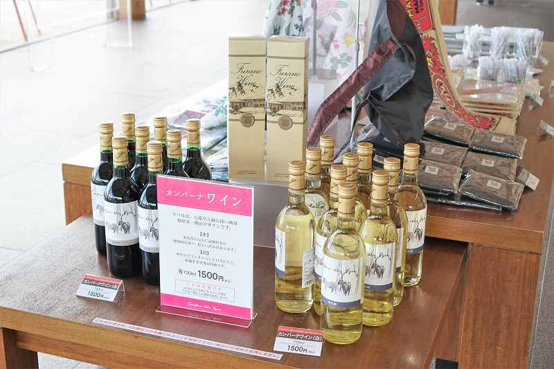 六花亭のカンパーナワインが台に陳列されている