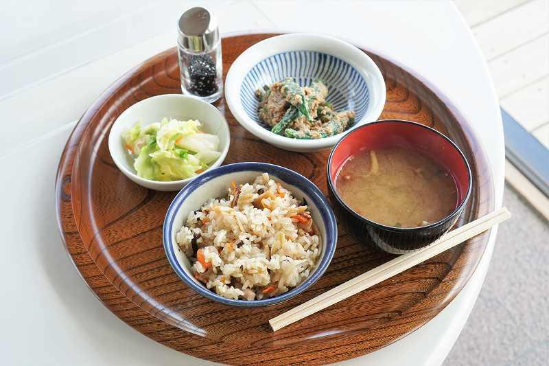 味噌汁・小鉢・お新香がセットになった「五目おこわ定食」がテーブルに置かれている