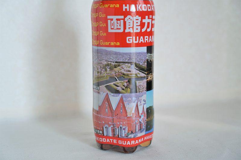 函館観光名所の写真がプリントされているコアップガラナが、テーブルに置かれている