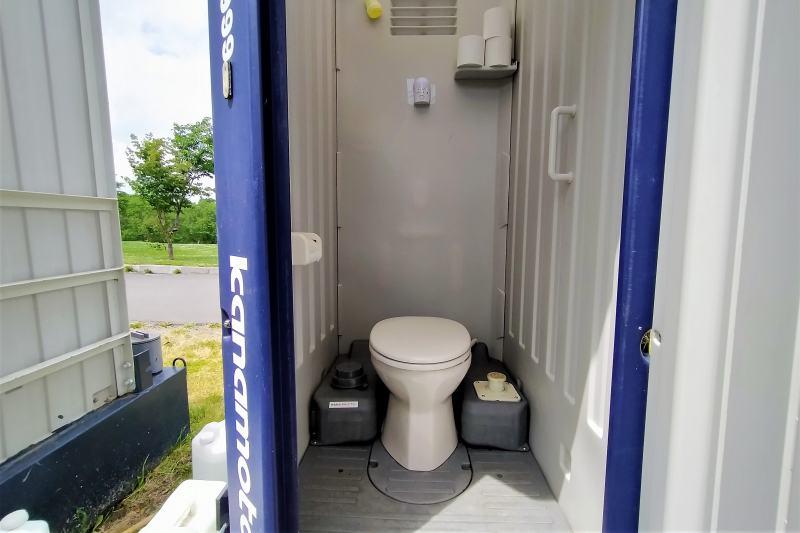 皆楽公園キャンプ場の簡易トイレ