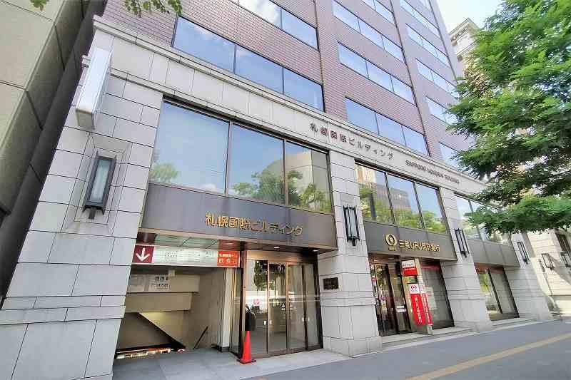 グレーを基調とした「札幌国際ビル」の外観